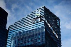 Standard Chartered packar ihop byggnad royaltyfria foton