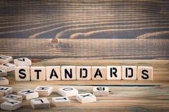 standard Lettere di legno sui precedenti informativi e di comunicazione della scrivania, Fotografia Stock Libera da Diritti