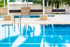 Standard simbassäng och oval ungevattenpöl i skugga av solen royaltyfri fotografi