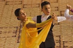 Standard-Tanz-Wettbewerb, 12-13 Jahre alt Stockfotos