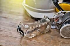 Standardbauschutzausrüstung auf Holztisch Beschneidungspfad eingeschlossen