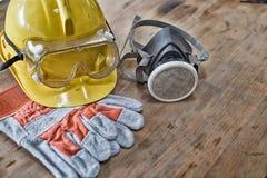 Standardbauschutzausrüstung auf Holztisch Beschneidungspfad eingeschlossen Lizenzfreies Stockfoto
