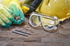 Standardbauschutzausrüstung und gesetzt einem dril Lizenzfreie Stockbilder