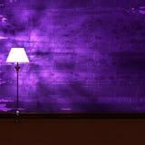 Standardlampe im dunklen furchtsamen Innenraum Stockfoto