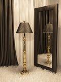 Standardlampe mit Spiegel und Teppich im Innenraum Lizenzfreie Stockfotos