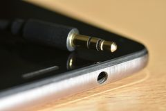Standardowa audio dźwigarka i 3 5 mm dźwigarka na telefonie zdjęcia royalty free