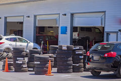 Standardowy Amerykański Auto Remontowy sklep Podczas swój godzin pracujących sta Zdjęcie Stock