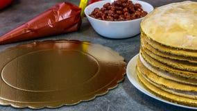 Standardsatz der selbst gemachten Kirschtorte, auf einer Steintabelle, Kekse, Gebäcktasche mit Sahne lizenzfreie stockfotografie