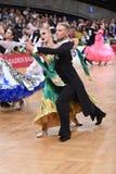 Standardtanzpaare, tanzend am Wettbewerb Stockfotos