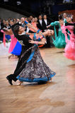Standardtanzpaare, tanzend am Wettbewerb Lizenzfreie Stockbilder