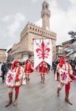 Standardträger mit Wappen von Florenz, Paraden durch t Stockfotografie