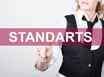Standarts som är skriftlig på den faktiska skärmen Teknologi-, internet- och nätverkandebegrepp kvinna i en svart affärsskjorta Arkivfoton