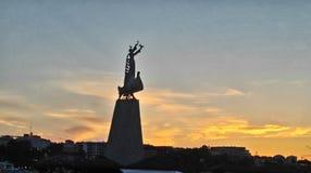 Standbeeld bij avondhemel stock afbeelding