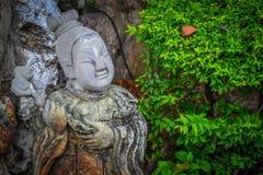 Standbeeld bij boeddhistische tempel in Bangkok Stock Fotografie