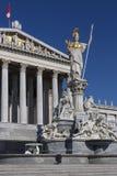 Standbeeld bij de Parlementsgebouwen - Wenen - Oostenrijk Royalty-vrije Stock Foto's