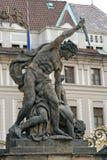 Standbeeld bij de Poort van Reuzen in het Kasteel van Praag Praag, Tsjechische Republiek royalty-vrije stock afbeeldingen