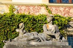 standbeeld bij Peles-kasteel Stock Afbeeldingen