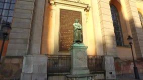 Standbeeld bij Slottskyrkan-kerk, de Koninklijke Kapel van Stockholm, Zweden stock video