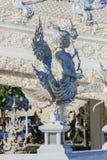 Standbeeld binnen openbare witte tempel Stock Foto