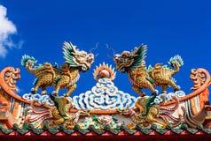Standbeeld bovenop Chinese tempel Stock Afbeeldingen