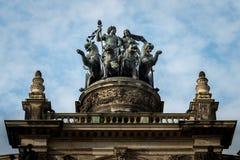 Standbeeld bovenop Opera in Dresden royalty-vrije stock foto