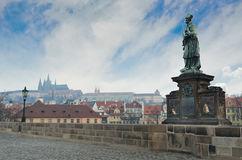 Standbeeld in Charles Bridge, de mening van het Kasteel van Praag stock afbeeldingen