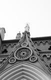 Standbeeld in de bovenkant van de kathedraal Royalty-vrije Stock Afbeelding