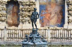 Standbeeld in de werf van Koninklijke Alcazar van Sevilla, Spanje Stock Afbeeldingen