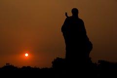 Standbeeld in de zonsondergang Royalty-vrije Stock Foto's