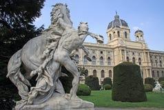 Standbeeld dichtbij Museum van Biologie en Art History Museum in Wenen, Oostenrijk Royalty-vrije Stock Foto's