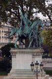 Standbeeld die van Koning Charlemagne zich buiten Notre Dame de Paris bevinden stock fotografie