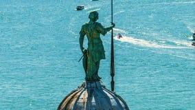 Standbeeld die van St George zich op koepel van kathedraal, Grand Canal met boten bevinden stock video