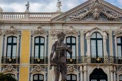 Standbeeld en de belangrijkste voorgevel van het Nationale Paleis van Queluz stock afbeelding