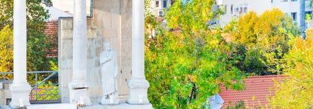 Standbeeld en fragment van oud roman amfitheater, Plovdiv, Bulgarije Stock Foto's