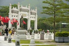 Standbeeld en gateway op de benadering van Po Lin Monastery, Hong Kong Royalty-vrije Stock Foto