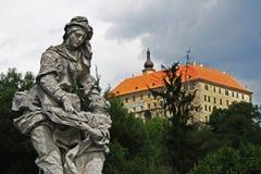Standbeeld en kasteel Royalty-vrije Stock Fotografie
