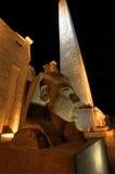 Standbeeld en obelisk bij tempel Luxor bij nacht Royalty-vrije Stock Fotografie