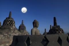Standbeeld en stupa bij borobudur Stock Afbeeldingen