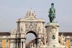 Standbeeld en triomfantelijke boog in Lissabon, Portugal Royalty-vrije Stock Foto
