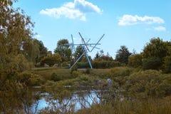 Standbeeld in Frederik Meijer Gardens die zich opvallend boven het landschap bevinden royalty-vrije stock foto's