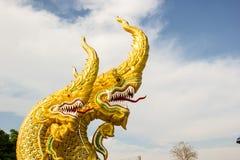 Standbeeld gouden hoofdserpent Royalty-vrije Stock Afbeelding