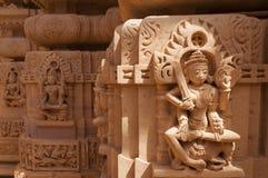Standbeeld het jain tempel, Jaisalmer, India Stock Afbeeldingen