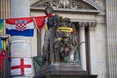 Standbeeld met Belgische vlag bij de Beurs van Brussel na de terroristische aanslagen voor 22 Maart, 2016 Stock Foto's