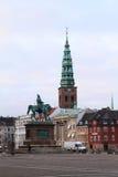 Standbeeld met kerk erachter toren Stock Afbeelding