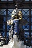 Standbeeld met klok op het gebouw Royalty-vrije Stock Afbeelding