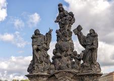 Standbeeld met Maagdelijke Mary en de zuigeling Jesus, Heilige Dominic, en Heilige Thomas Aquinas, op Charles Bridge, Praag royalty-vrije stock foto's