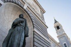 Standbeeld met sleutel in hand op Echte Palacio, Madrid, Spanje stock fotografie