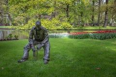 Standbeeld met tulp in Keukenhof stock foto's