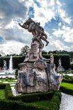 Standbeeld in Mirabell-Tuinen royalty-vrije stock foto