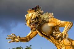 Standbeeld Ogoh -ogoh voor de Ngrupuk-parade wordt gebouwd, die op gelijk van Nyepi-dag in het eiland van Bali, Indonesië dat pla royalty-vrije stock afbeeldingen